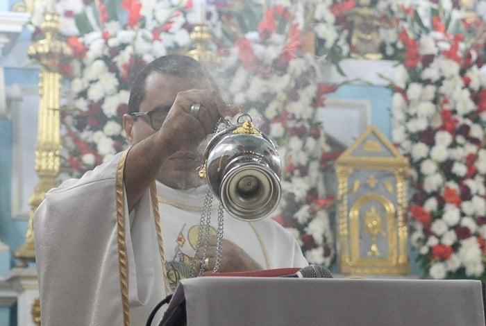 Padre Jefferson de Oliveira com o turíbulo comprado às pressas