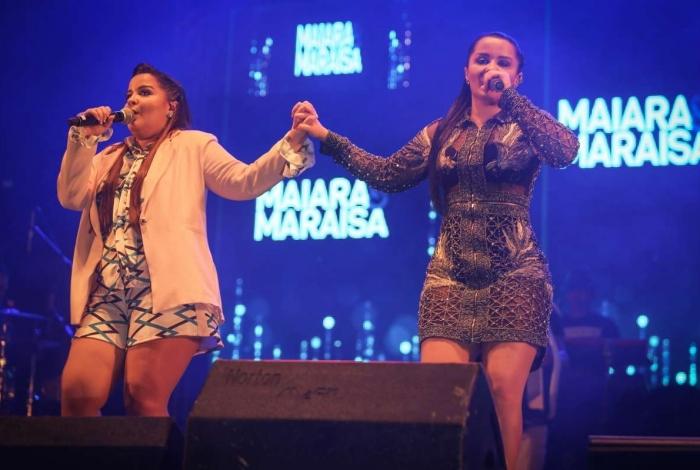 Maiara durante show, ao lado de Maraisa