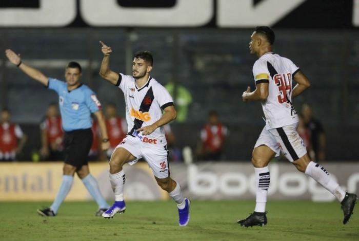 Com ótima atuação, Ricardo Graça comemora o segundo gol vascaíno