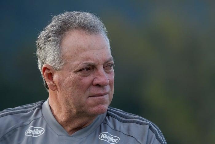 Abel Braga vive pressão às vésperas do jogo contra o Peñarol: 'A tendência é escalar um time misto'