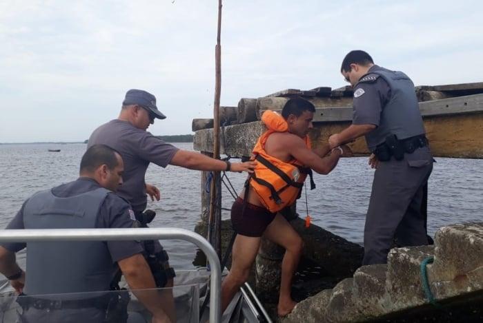 Home rouba pertences de banhista, tenta fugir pelo mar e acaba preso