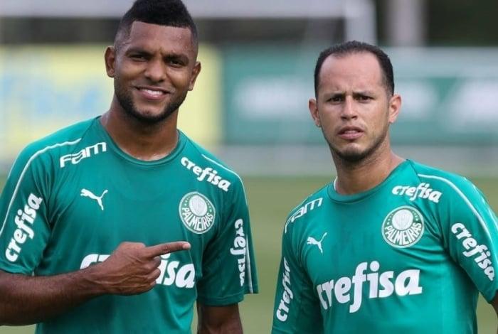 Miguel Borja (E) e Alejandro Guerra podem pintar no Botafogo