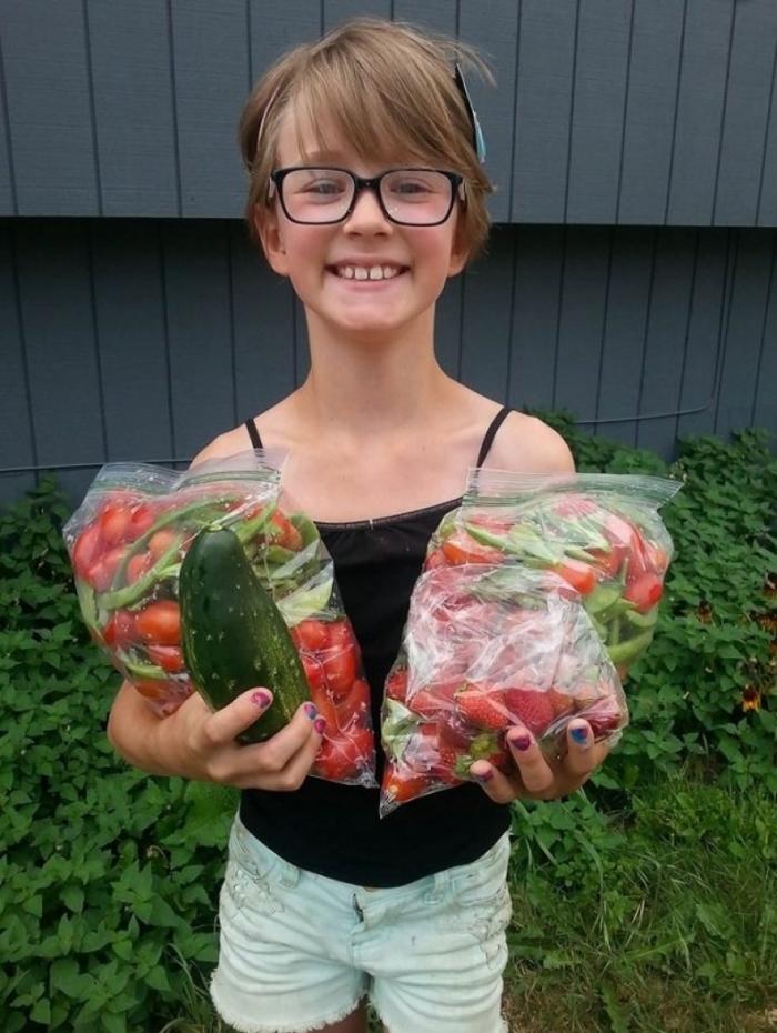 Menina de 9 anos cria horta para alimentar moradores de rua