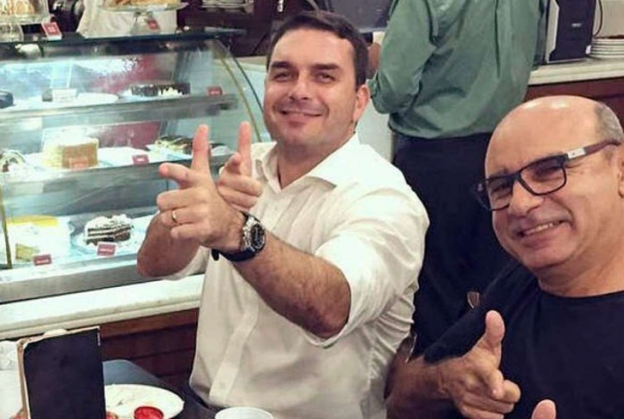 Flávio Bolsonaro e seu ex-assessor Fabrício Queiroz em foto antiga: senador afirma que há uma 'manobra para esquentar informações ilícitas'