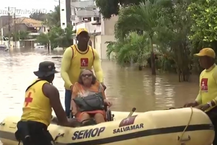 Mulher é resgata em bote durante enchente