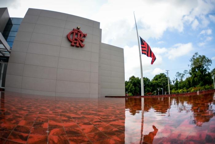 Bandeira do Flamengo permanece a meio-mastro no CT do Ninho do Urubu, onde ocorreu o incêndio