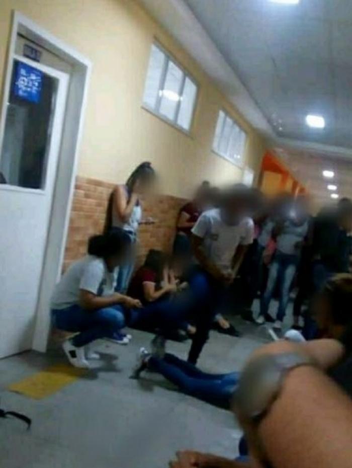 Estudantes do Colégio Estadual Tim Lopes tiveram que se abrigar no chão durante tiroteio no Complexo do Alemão