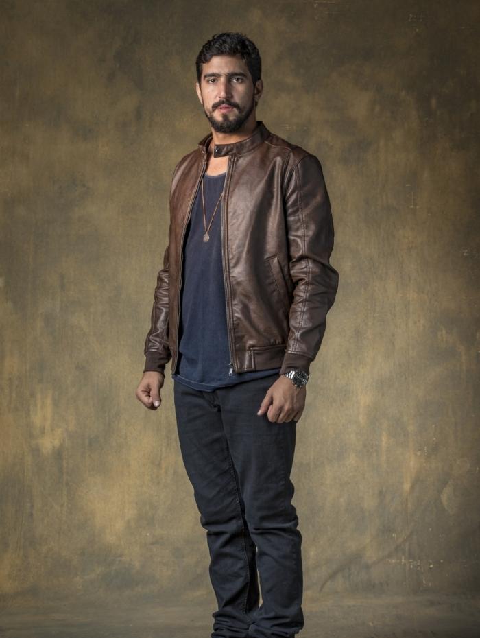 Jamil (Renato Góes) fica internado após ser atropelado por um carro