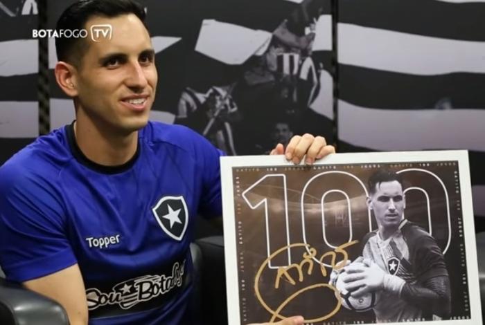 Homenageado pela diretoria, Gatito Fernández exibe a placa em alusão aos seus 100 jogos pelo Botafogo