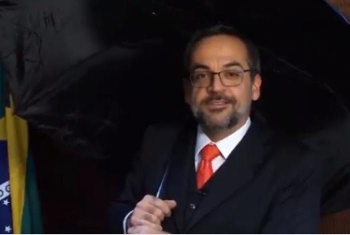 Ministro da Educação, Abraham Weintraub culpou parlamentares do Rio pela redução do valor de emendas para obras de recuperação do Museu Nacional, enquanto parodiava 'Cantando na Chuva'