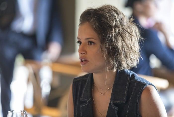 Josiane (Agatha Moreira) paga dívida com dinheiro que seria para cirurgia de Gilda (Heloísa Jorge)