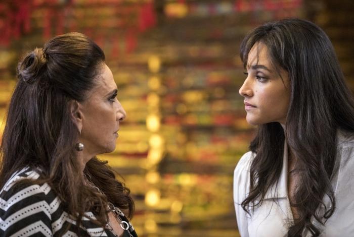Mercedes (Totia Meireles) é surpreendida pela chegada de Gisela (Débora Nascimento) no Baião de Dois