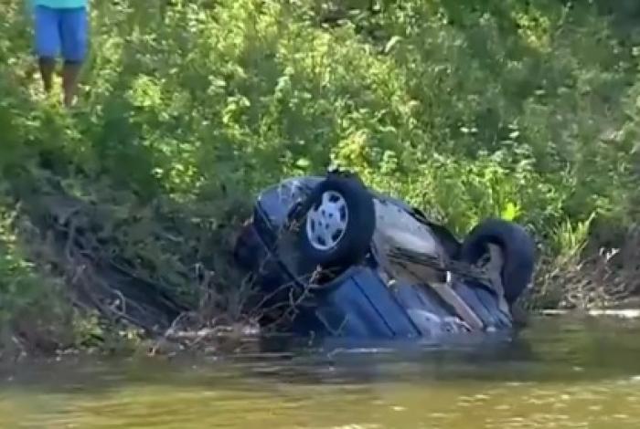 Quatro amigos morrem após carro capotar e cair em açude