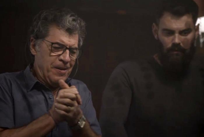 Miguel (Paulo Betti) faz apostas no cassino, em 'Órfãos da Terra'