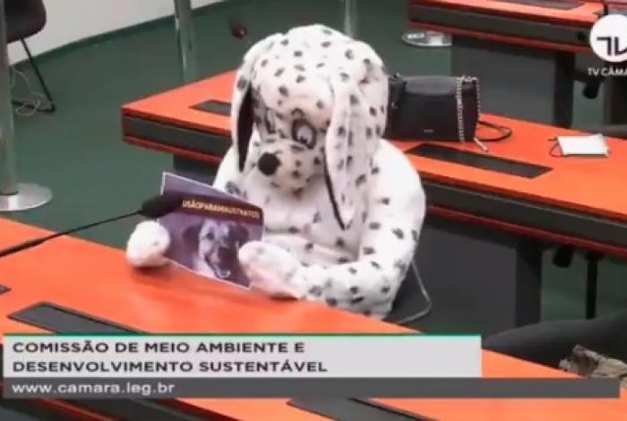 Homem protesta vestido de cachorro