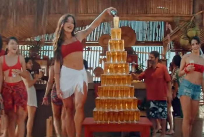 Aline Riscado surge cantando em comercial