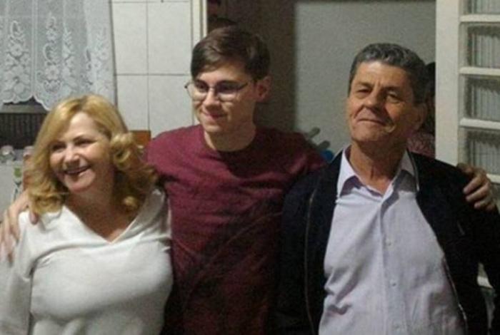 Rafael chegou à casa da namorada acompanhado pelos pais João Alcisio Miguel, de 52, e Miriam Selma Miguel, de 50