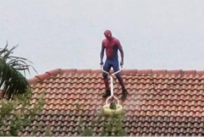 Apesar do tempo ruim, homem aproveitou para fazer limpeza e chamou atenção dos vizinhos