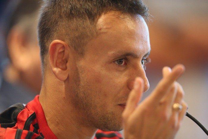 ATAQUE - FLAMENGO - O Flamengo apresentou hoje (25) no Ninho do Urubu o lateral-direito Rafinha. O jogador, de 33 anos e que estava no Bayern de Munique, da Alemanha, assinou com o Rubro-Negro um contrato de dois anos. Foto: Daniel Castelo Branco / Agência O Dia -