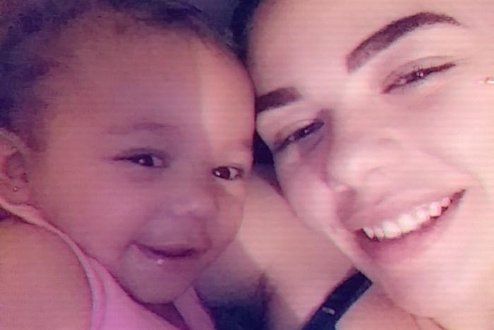 Deziree Menagh e a filha Fayth que foi atingida por uma bala na cabeça por um homem que havia sido rejeitado
