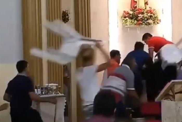 Fiéis partiram pra cima do assaltante com as cadeiras da missa