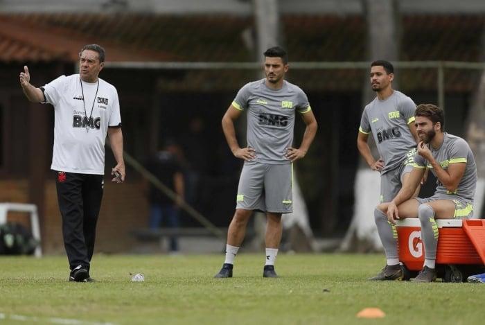 Marquinho (E), Pikachu e Claudio Wink treinam em Cariacica