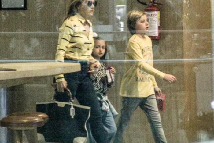 Angélica passeio com os filhos