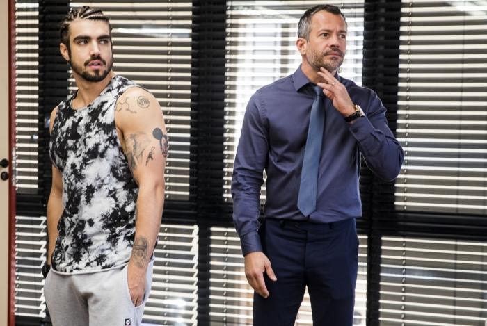 Rock (Caio Castro) e Agno (Malvino Salvador) na reunião com Maria da Paz (Juliana Paes), em 'A Dona do Pedaço'