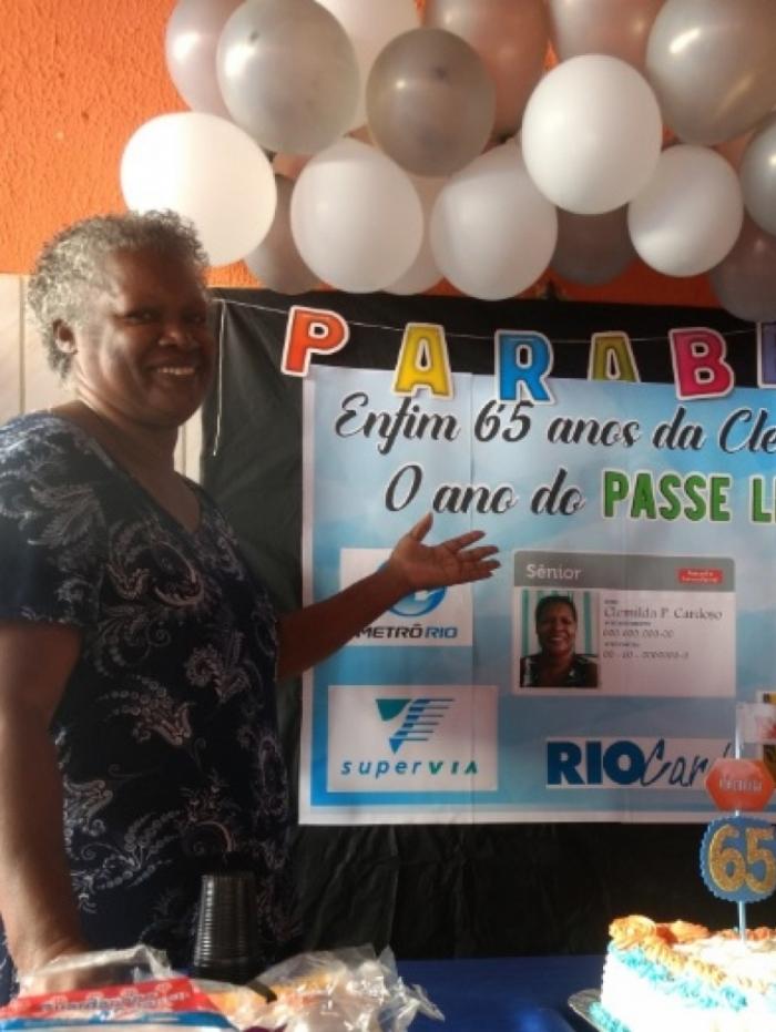 Mulher tem Passe Livre como tema da festa de 65 anos e viraliza nas redes sociais