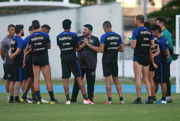 Técnico Eduardo Barroca conversa com os jogadores em treino no Nilton Santos