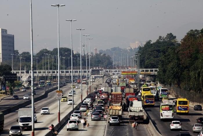 Avenida Brasil está interditada para obras do BRT Transbrasil