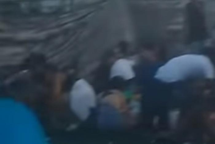 Pessoas se abaixam durante tiroteio em baile funk neste domingo