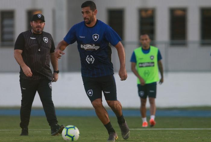 Diego Souza é observado pelo técnico Eduardo Barroca no treinamento do Alvinegro