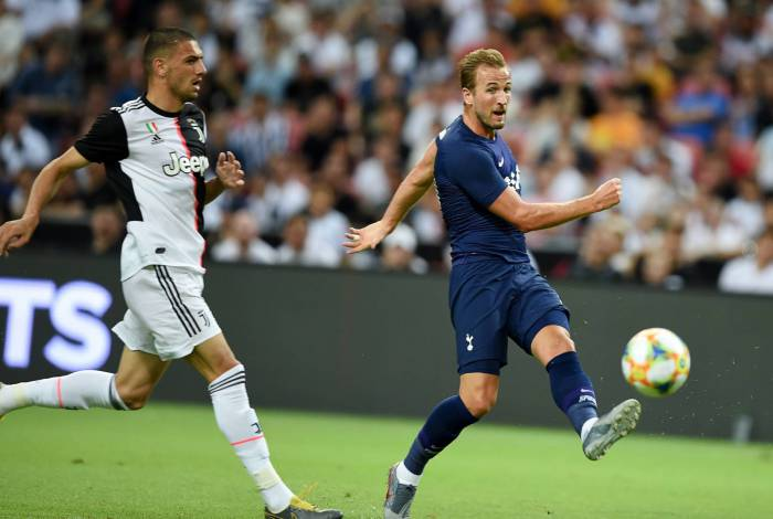 Tottenham Hotspur's Harry Kane (R) kicks the ball during the International Champions Cup football match between Juventus and Tottenham Hotspur in Singapore on July 21, 2019. (Photo by Roslan RAHMAN / AFP)