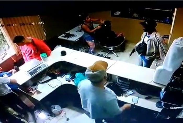 Dupla invade salão e rouba cabelos vendidos e usados para implantes no estabelecimento