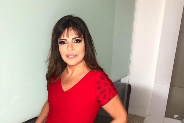 Mara Maravilha cantou 'Chega de saudade', de João Gilberto, enquanto saía de dentro da nave