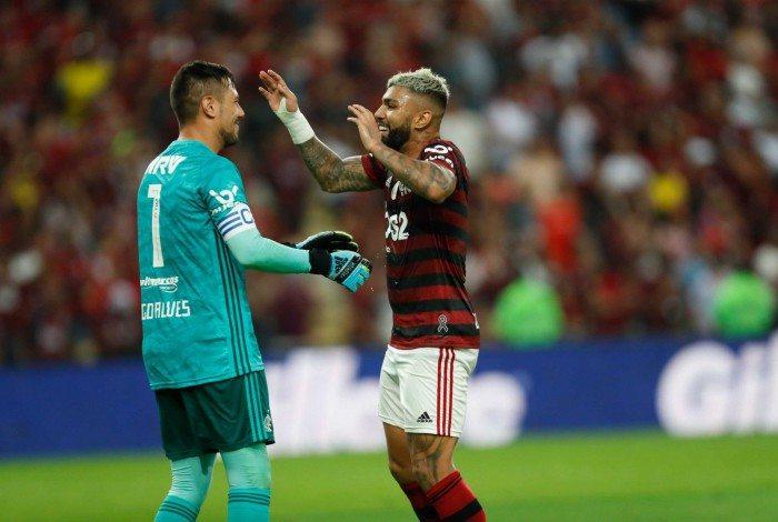 Depois de fazer o chororô, Gabigol comemora com Diego Alves
