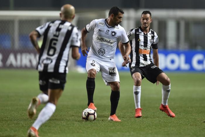 Entre Fábio Santos e Réver, Diego Souza domina a bola e tenta levar o Botafogo à frente: fim do sonho da Sul-Americana