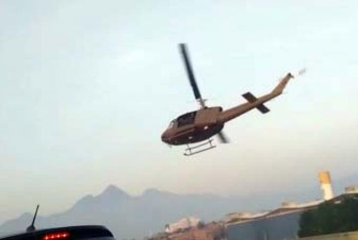 Helicóptero da PM sobrevoa região da Maré, Zona Norte do Rio