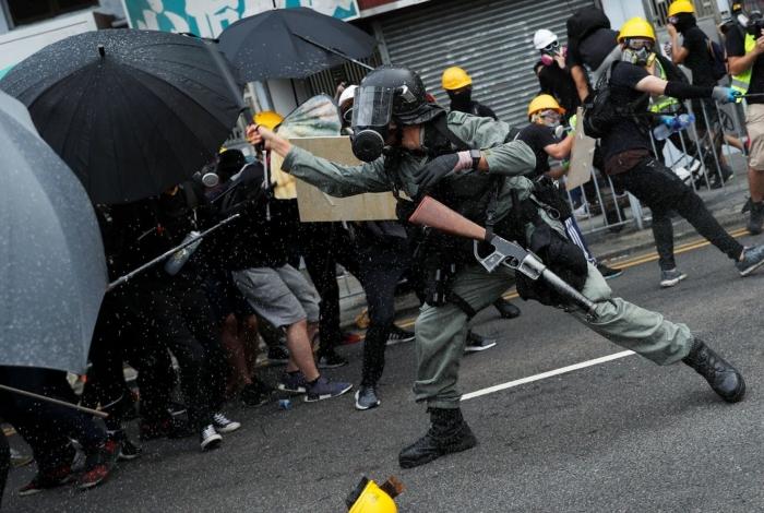 Polícia dispara gás lacrimogêneo contra manifestantes em Hong Kong