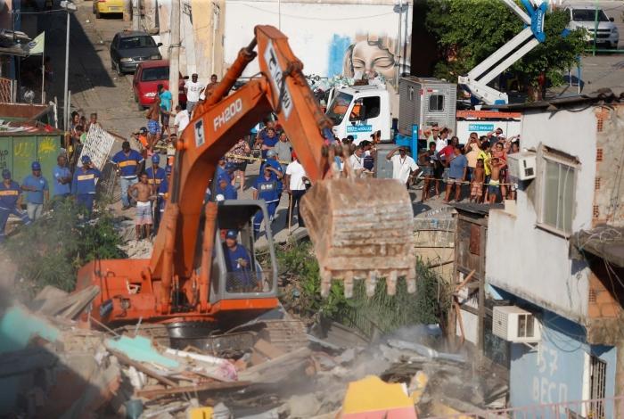 Demolição aconteceu na tarde desta segunda