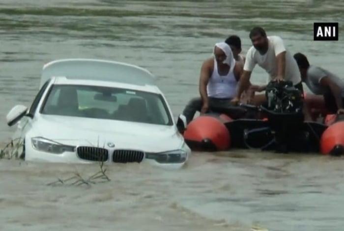 BMW atirada em canal na Índia