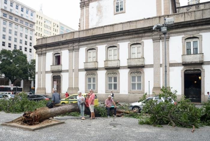 Rajadas de vento passaram dos 80km/h: uma árvore caiu na praça em frente à Igreja da Candelária, no Centro, assustando quem passava por ali