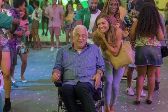 Alberto (Antonio Fagundes) e Paloma (Grazi Massafera) na quadra da escola de samba, em 'Bom Sucesso'