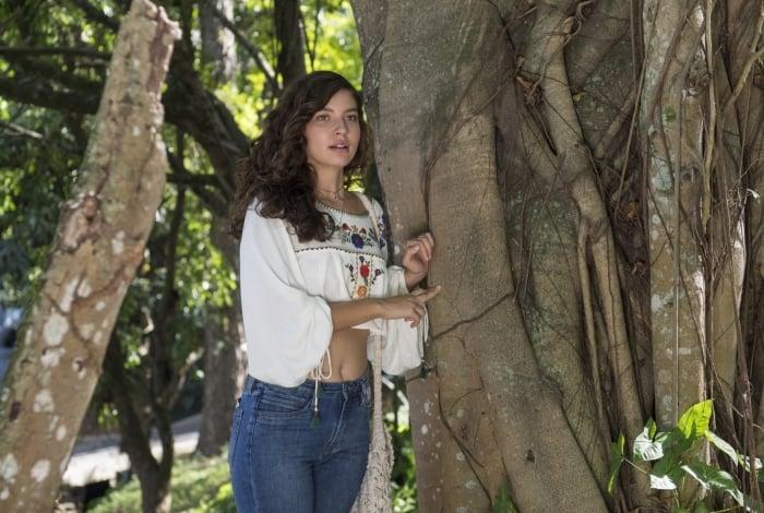 Rita (Alanis Guillen) vê Filipe (Pedro Novaes) chegando no parque, em 'Malhação — Toda forma de amar'