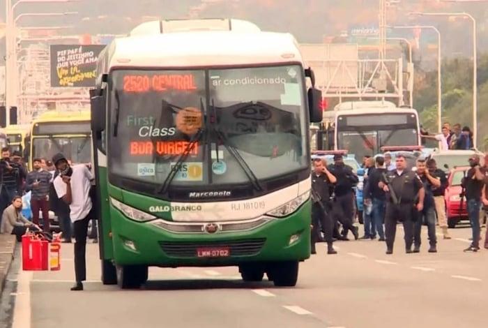 Sequestrador deixa o ônibus pouco antes de ser morto