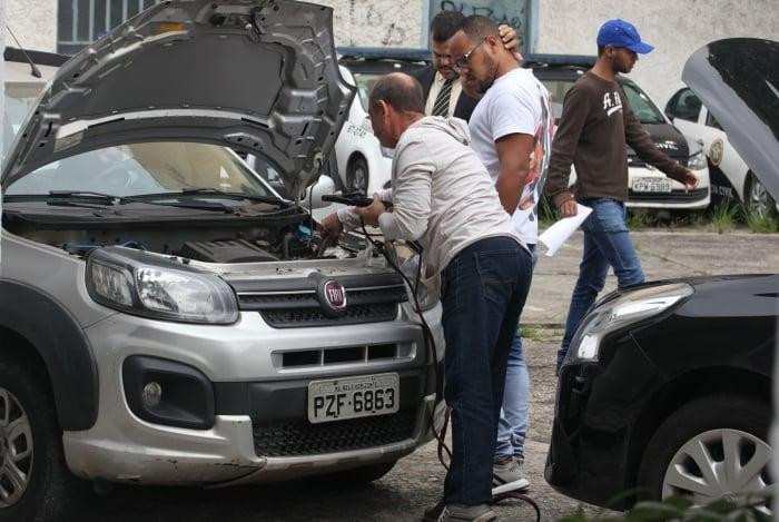 Filhos da Deputada Flordelis tentam retirar carro da delegacia nesta quinta-feira