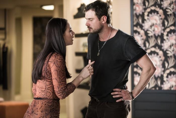 Chiclete (Sergio Guizé) conta para Vivi (Paolla Oliveira) que foi contratado para matá-la, em 'A Dona do Pedaço'
