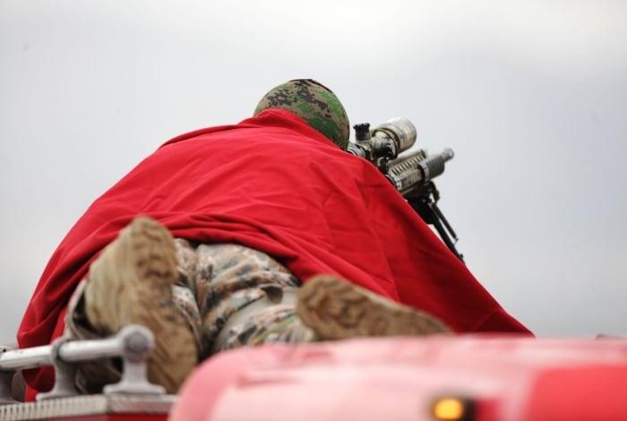 Sniper posicionado durante o sequestro de ônibus na Ponte, terça-feira