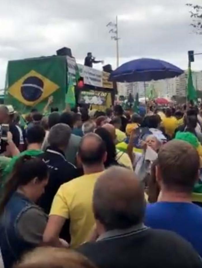 Marcelo Madureira foi vaiado de cima de um dos carros de som da manifestação
